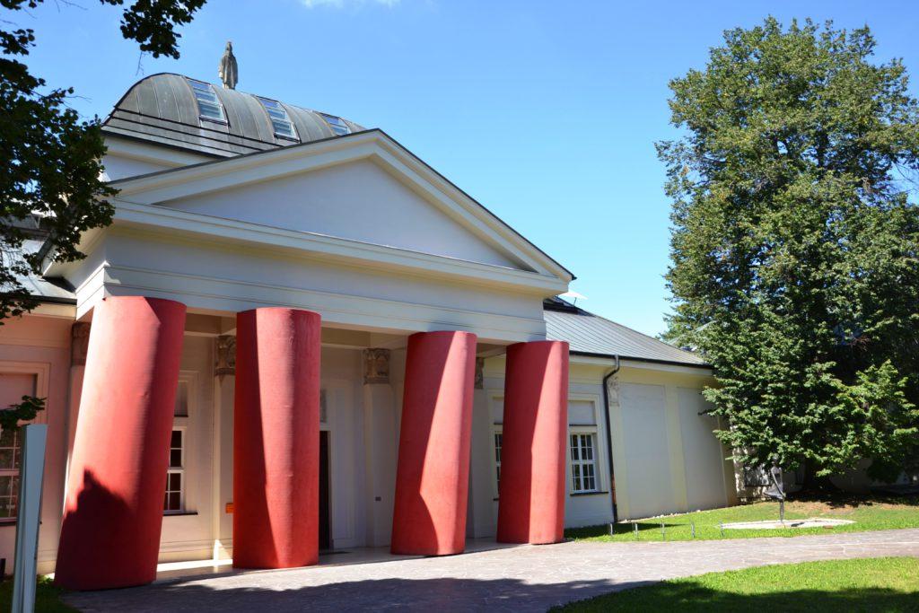 Umělecká galerie Art Forum se vstupní instalací červených pilířů od české umělkyně Magdalény Jetelové.
