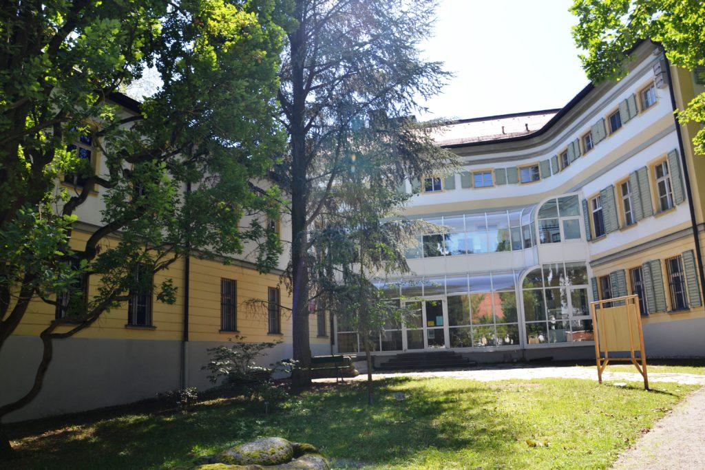 Národní muzeum Bavorska na kraji zahrady Herzogspark.